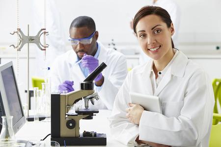 bata de laboratorio: Los t�cnicos llevan a cabo investigaciones en laboratorio Foto de archivo