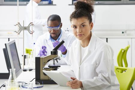 investigador cientifico: Los t�cnicos llevan a cabo investigaciones en laboratorio Foto de archivo