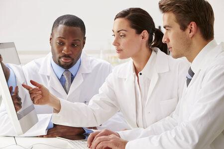 investigador cientifico: Grupo de cient�ficos de Cheques Resultados de Laboratorio en el ordenador