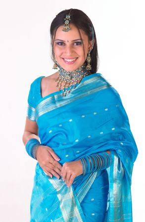 sari: Modelo indio de seda azul con sari en la postura de pie