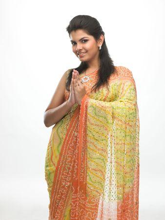 sari: Mujer joven asi�tica en expresi�n de bienvenida con una sonrisa hermosa