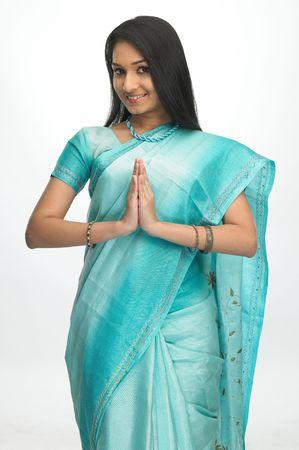 sari: Asia chica con sari verde bienvenida expresi�n Foto de archivo