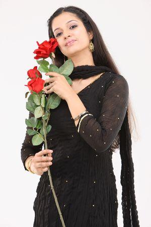 mujer con rosas: mujer con rosas artificiales
