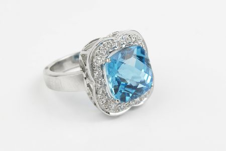 Single sapphire ring with diamonds