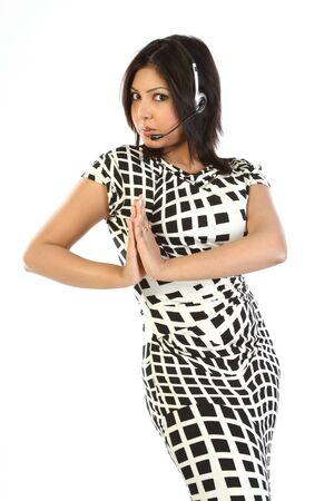 invitando: Dama moderna con micr�fono al invitar a pose  Foto de archivo