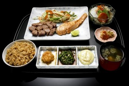 comida japonesa: harina de comida japonesa, taza, plato de arroz, carne, plato, con ensalada de verduras