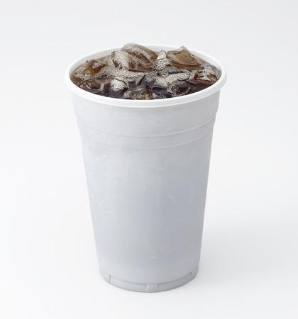 白で隔離される氷でコーラの明確なプラスチック カップ