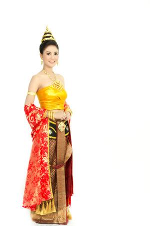 孤立した白い背景、タイのアイデンティティの文化を持つ典型的なタイのドレスを着ている女性
