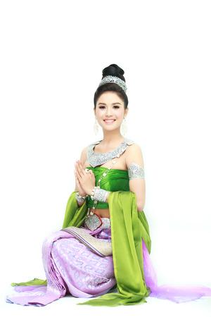 vestidos antiguos: mujer con vestido típico tailandés con aisladas sobre fondo blanco, la cultura de identidad de Tailandia Foto de archivo