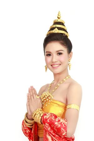 흰색 배경에 고립 된 전형적인 타이어 드레스를 입고 여성, 태국의 신원 문화