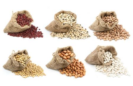 leguminosas: colección de leguminosas en la taza aisladas sobre fondo blanco