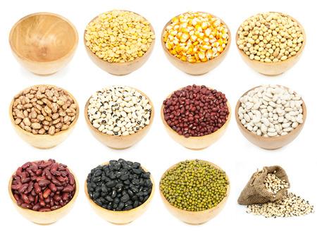 leguminosas: colecci�n de leguminosas en la taza aisladas sobre fondo blanco