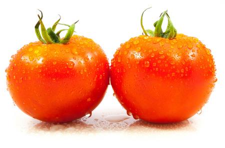 tomato  salad: tomates con gotas de agua sobre fondo blanco Foto de archivo