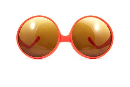 gafas de sol: gafas de sol de color rojo sobre fondo blanco