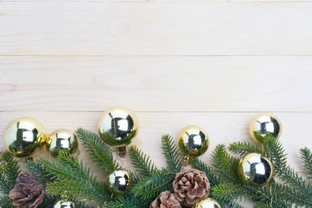 Kerstmis achtergrondsparbladeren en denneappels die op witte houten lijst verfraaien