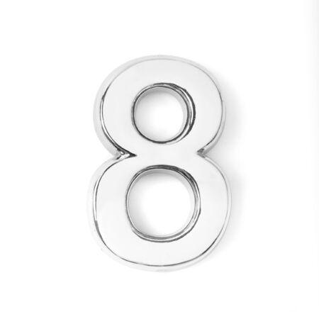 Número ocho de metal plateado sobre fondo blanco.
