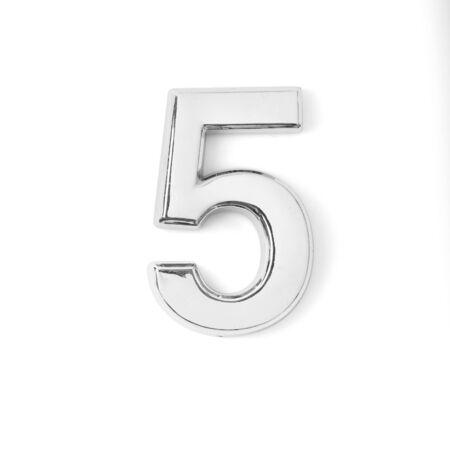 metallo argentato numero cinque su sfondo bianco