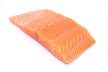 Filete de salmón crudo fresco aislado sobre fondo blanco. Foto de archivo