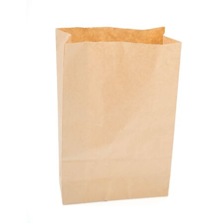 Bolsa de papel marrón aislado sobre fondo blanco.