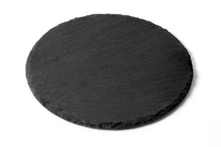 Schwarze runde Steinplatte isoliert auf weißem Hintergrund