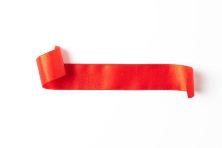Étiquette de rubans de bannières rouges sur fond blanc