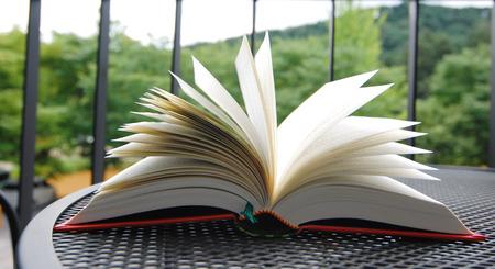 정원에서 테이블에 펼쳐진 책