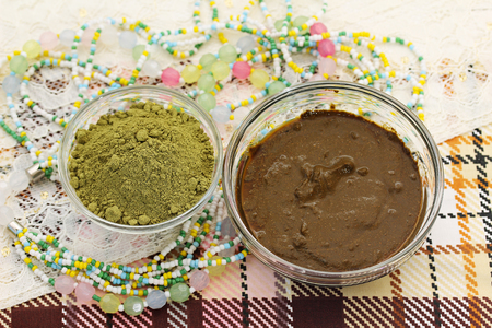 to dye: Henna powder. Henna paste. Henna prepared for cosmetic procedures. Still life with henna and beads.