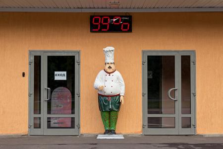 metro medir: Moscú, Rusia - 21 de mayo, 2016: Estatua de chefs de los restaurantes. Entrada al café. La medición de la humedad del metro Editorial