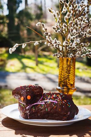 pasen schaap: Zoete chocolade Pasen lam taart met hagelslag met katjes op de achtergrond