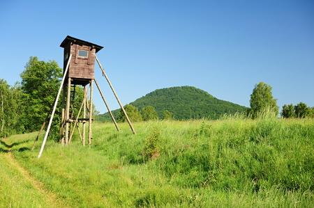 czech switzerland: Caccia torre su un prato sotto un alto colle in Svizzera Ceca