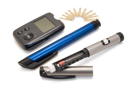 diabetes: Glucómetro y de la insulina para diabéticos plumas sobre un fondo blanco