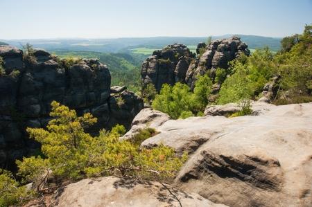 czech switzerland: Rocce di arenaria, foreste e cielo blu in Svizzera Ceca