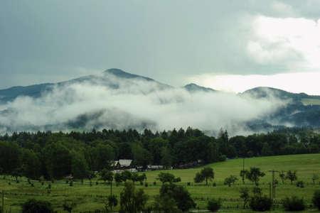 czech switzerland: Svizzera Repubblica nella nebbia sera creato da pioggia