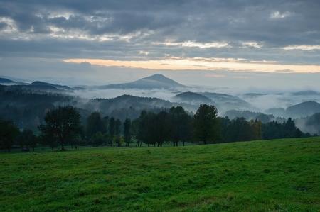 czech switzerland: paesaggio prima serata con nebbia in Svizzera Ceca