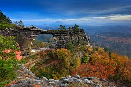 Pravcicka brana, monumento rupestre, cancello di arenaria. Il più grande ponte naturale in Europa. Svizzera Boema, Hrensko, Repubblica Ceca. Paesaggio roccioso, autunno. Splendida natura con pietra, foresta e nebbia.