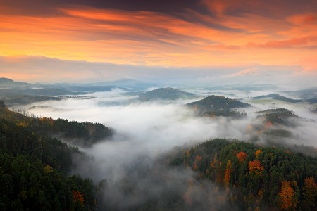 Hills and villages with foggy morning. Morning fall valley of Bohemian Switzerland park. Hills with fog, landscape of Czech Republic, landscape from Ceske Svycarsko. Czech typical autumn landscape.  Foto de archivo