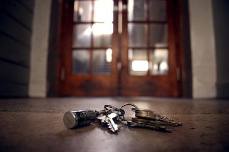 verloren sleutels op de vloer voor de deur
