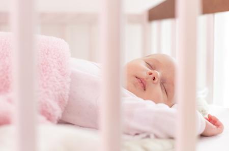schöne Neugeborenen schlafen in der Krippe Standard-Bild