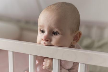 最初の歯、赤ちゃんの成長の痛みとかむ