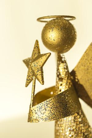 simbolos religiosos: Ángel con la estrella en las manos producidos a partir de desechos de metal, chapado en oro