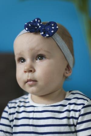 avergonzado: Retrato de una niña adorable con la venda expresión de vergüenza