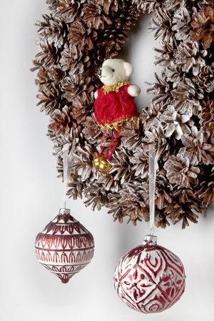 Christmas wreath of cones Christmas glass toys Zdjęcie Seryjne