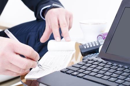 chequera: Un hombre de negocios por escrito un cheque bancario Foto de archivo