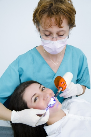laboratorio dental: Profesional herramientas de cirujano dental uso de l?ara UV paciente femenino