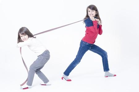 personas discutiendo: Dos niñas jugando aislados en blanco