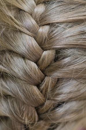 trenzas en el cabello: Trenzado de una mujer joven Foto de archivo