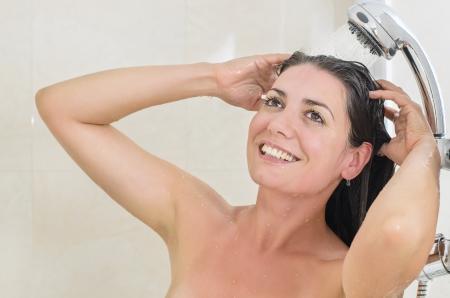 cabine de douche: Femme prenant une douche profiter �claboussures d'eau sur son
