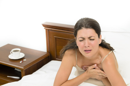 heart disease: Mujer joven que sufre un dolor de corazón