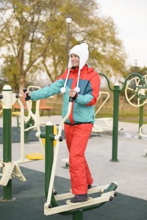 salud publica: Joven mujer haciendo ejercicios al aire libre en un parque