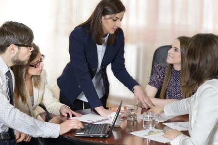 Business-Leute arbeiten als ein Team im Büro Standard-Bild - 28061537